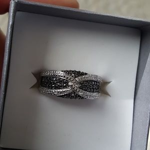 Jewelry - Black and white diamond ring